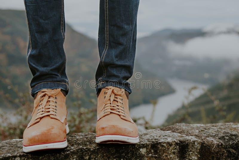 Ботинки с горами, путешественники стоковые изображения