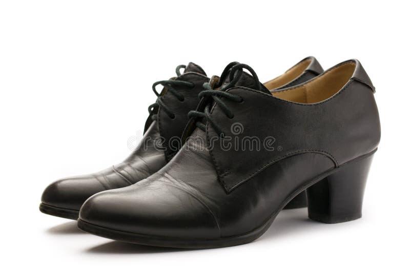 Ботинки черного женского насоса кожаные стоковые изображения rf