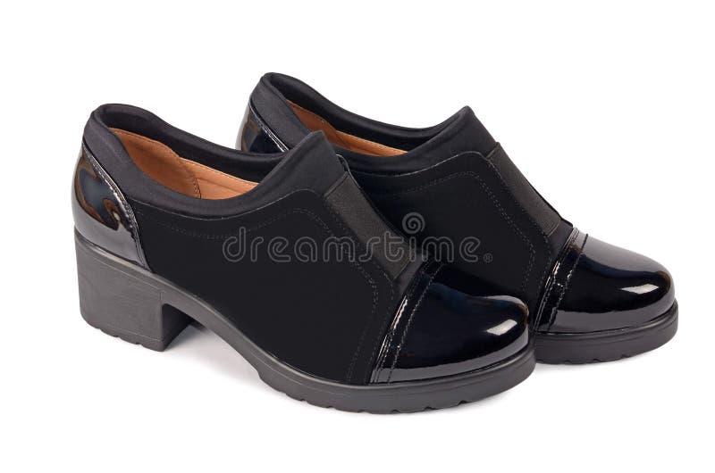Ботинки черноты ` s женщин на белизне стоковая фотография rf
