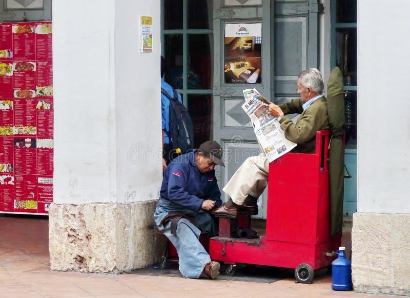 Ботинки чистки человека на улице, эквадоре стоковые фотографии rf