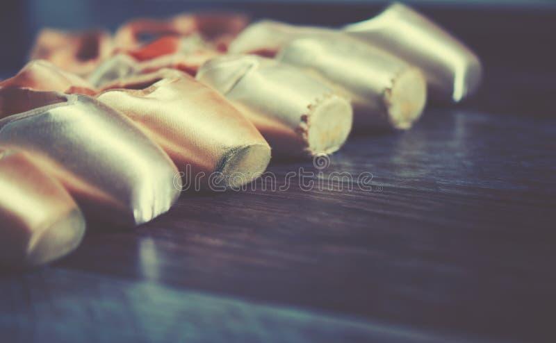 Ботинки pointe балета на темной предпосылке стоковое изображение rf