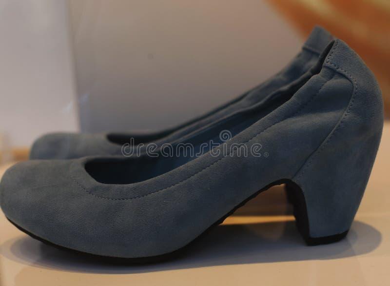 Ботинки ` s женщин в окне магазина стоковые фото