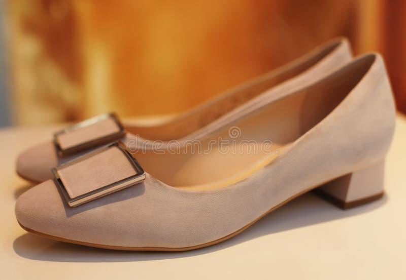 Ботинки ` s женщин в окне магазина стоковые изображения rf