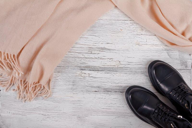 Ботинки ` s женщин с pastelle украшают дырочками шарф на белой деревянной предпосылке стоковое фото rf
