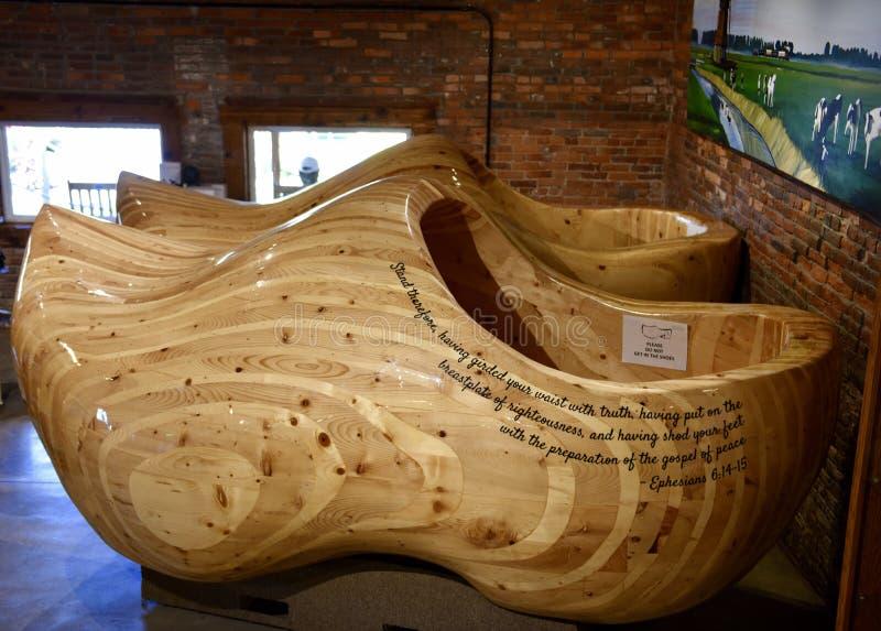 Ботинки ` s мира самые большие деревянные стоковые фотографии rf