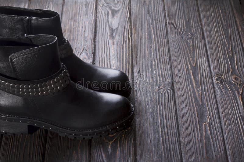 Ботинки ` s чернокожих женщин на коричневой деревянной предпосылке стоковые фото