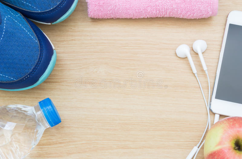 Ботинки, smartphone, и вода спорта стоковое фото rf