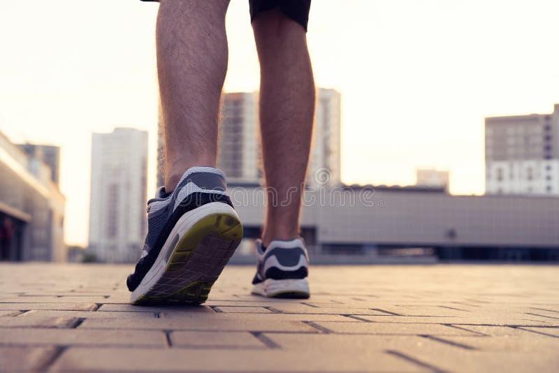 Ботинок бега марафона напольная разминка Спортсмен спорта, тренировка бегуна Атлетическая тренировка фитнеса Молодая нога yogger, стоковая фотография rf