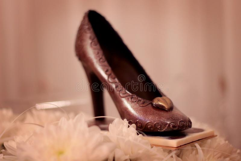 Ботинок и цветки шоколада с расплывчатой предпосылкой стоковое фото rf