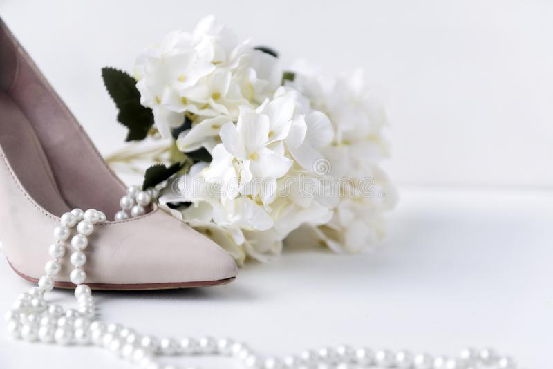 ботинок шлюпки белых женщин, жемчуг, ожерелье, цветок, гортензия, ботинки стоковое изображение