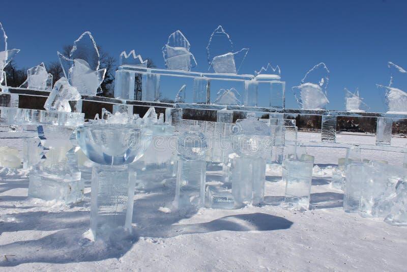 Боулз и другие предметы, изготовленные из льда на замороженном озере стоковое фото