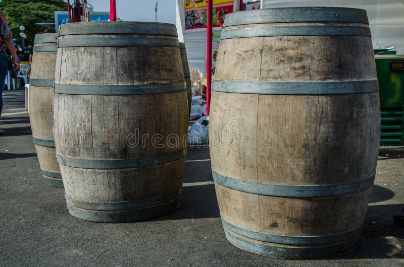 Бочонки вина которые украшают фестиваль Vendimia в Сантьяго de Surco стоковое фото rf