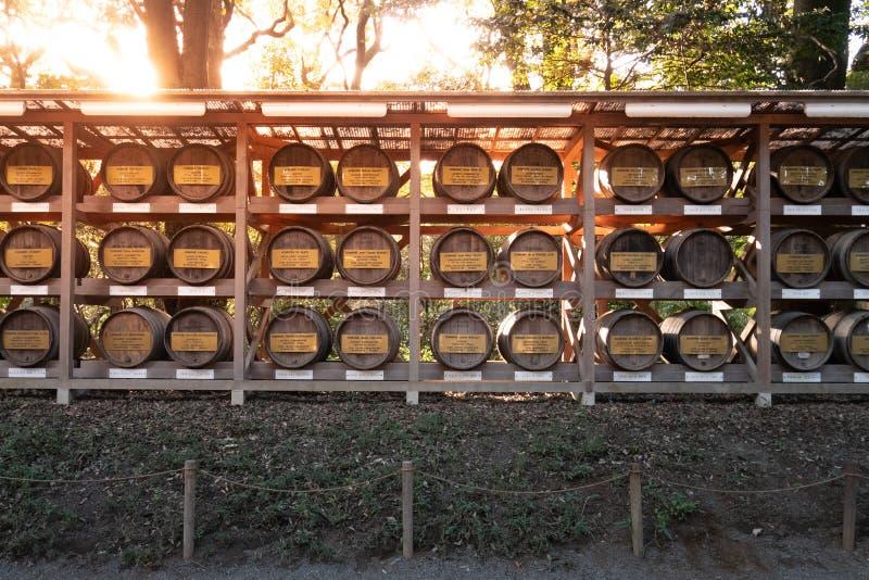 Бочонки вина на святыне Meiji в Shibuya, Токио, Японии стоковые фотографии rf