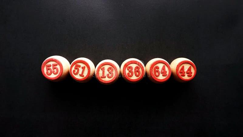 Бочонки для настольной игры в lotto, аранжированные в линии, на черной предпосылке стоковое фото rf