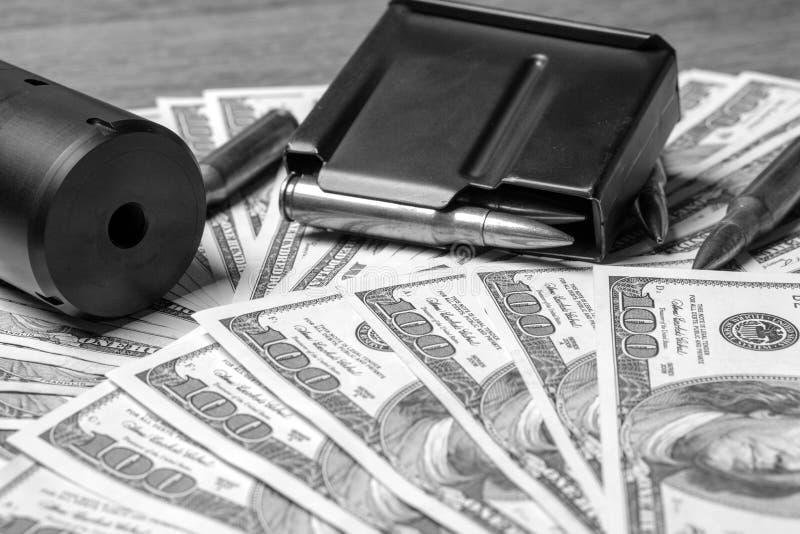 Бочонок, усмиритель и патроны винтовки на деньгах Концепция для преступления, заказного убийства, оплаченного убийцы, терроризм,  стоковое изображение rf