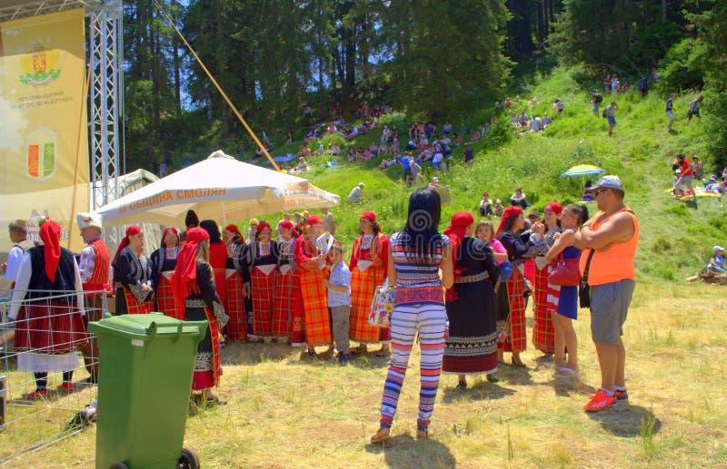 Болгарские певицы фольклора в ярких костюмах стоковые фотографии rf