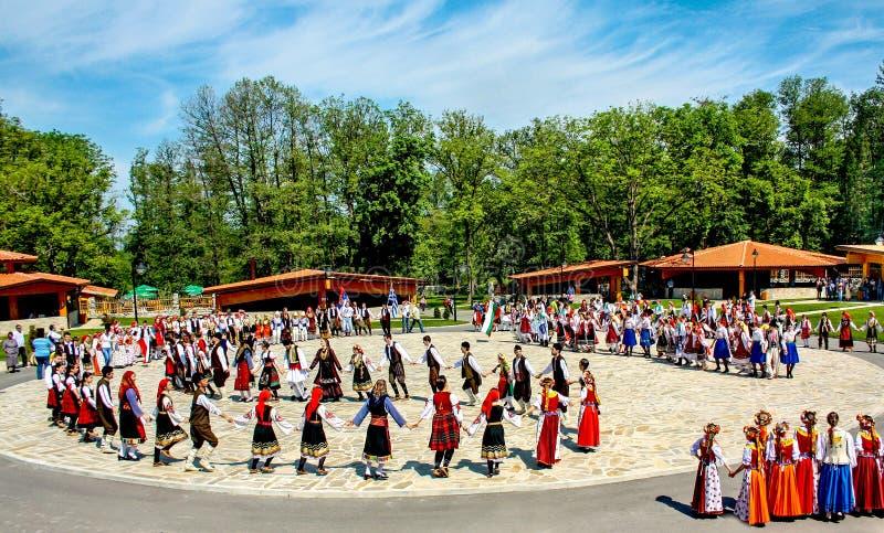 Болгарские традиционные танцы стоковая фотография rf