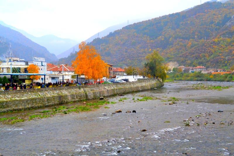 Болгарский взгляд реки деревни осени стоковая фотография