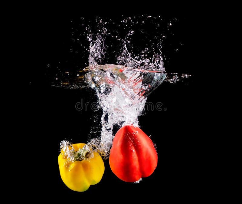Болгарский перец делая выплеск в воде стоковое изображение rf