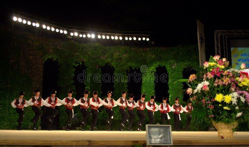 Болгарский фольклорный этап танцев группы стоковые фото