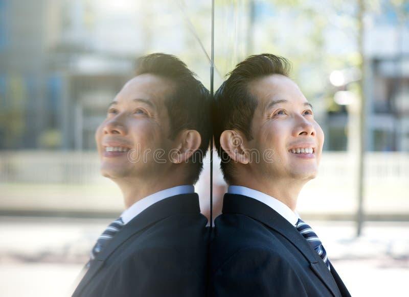 Download Более старый бизнесмен усмехаясь Outdoors Стоковое Фото - изображение насчитывающей дело, привлекательностей: 41653574