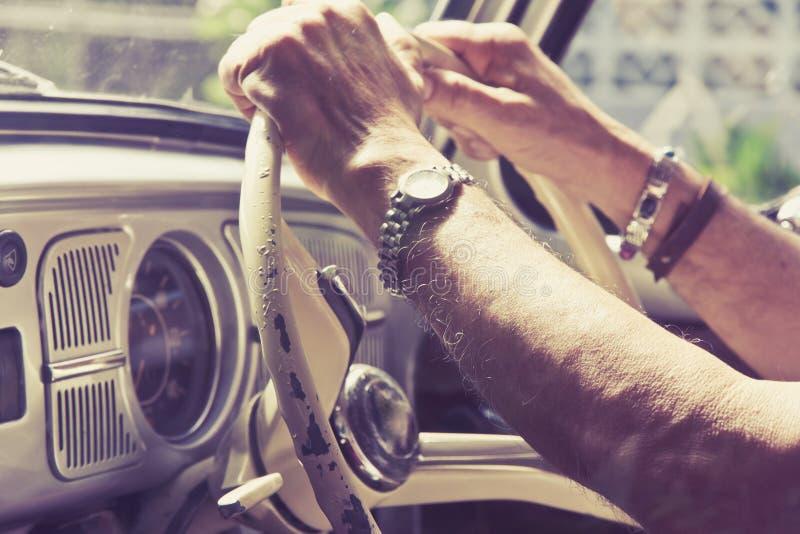 Более старый человек управляя автомобилем стоковые фото
