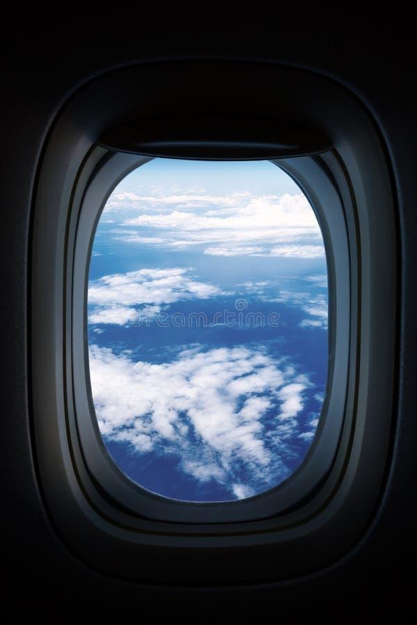 Более тяжелое небо с облаками от плоского окна ` s стоковые изображения rf