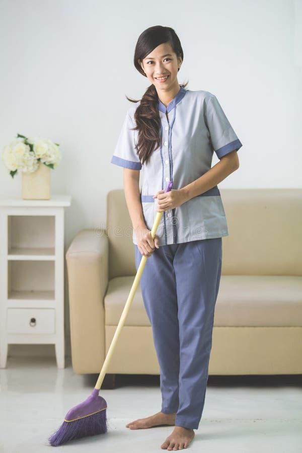 Более чистая женщина горничной с стреловидностью стоковое фото rf