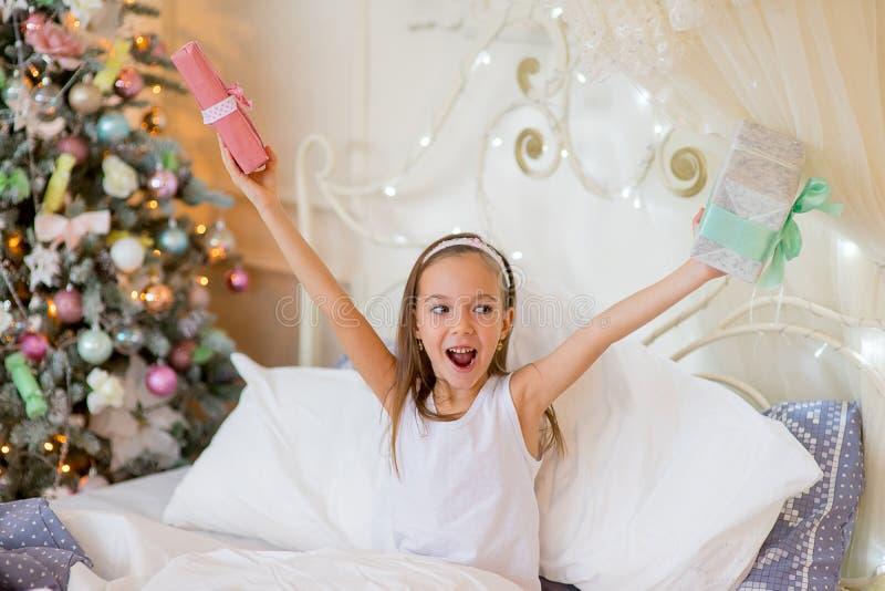 Бодрствование девушки ребенка вверх в ее кровати в утре рождества стоковое фото rf