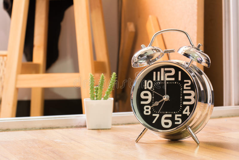 бодрствование кольца будильника вверх по 8 am в mornig стоковое фото rf