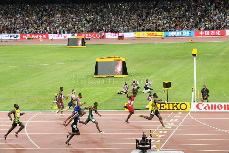 Болт Usain приводя в действие к финишной черте для того чтобы выиграть 200 метров названия на чемпионатах мира Пекине 2015 IAAF стоковая фотография rf