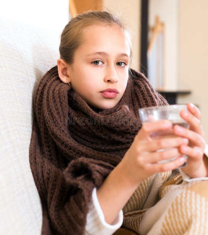Больная девушка в шарфе шерстей стоковые фотографии rf