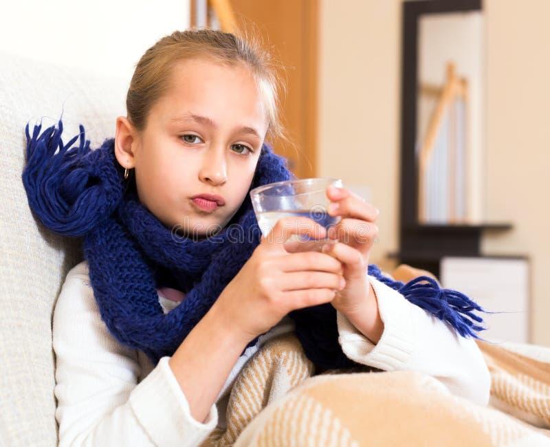 Больная девушка в шарфе стоковые изображения