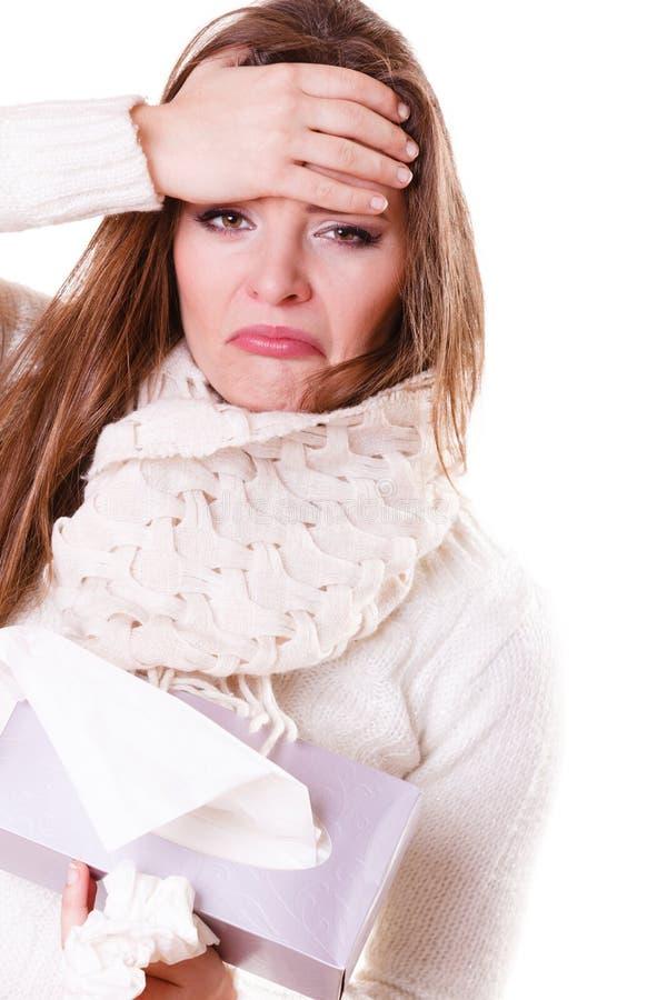 Больная девушка женщины с лихорадкой чихая в ткани стоковое фото