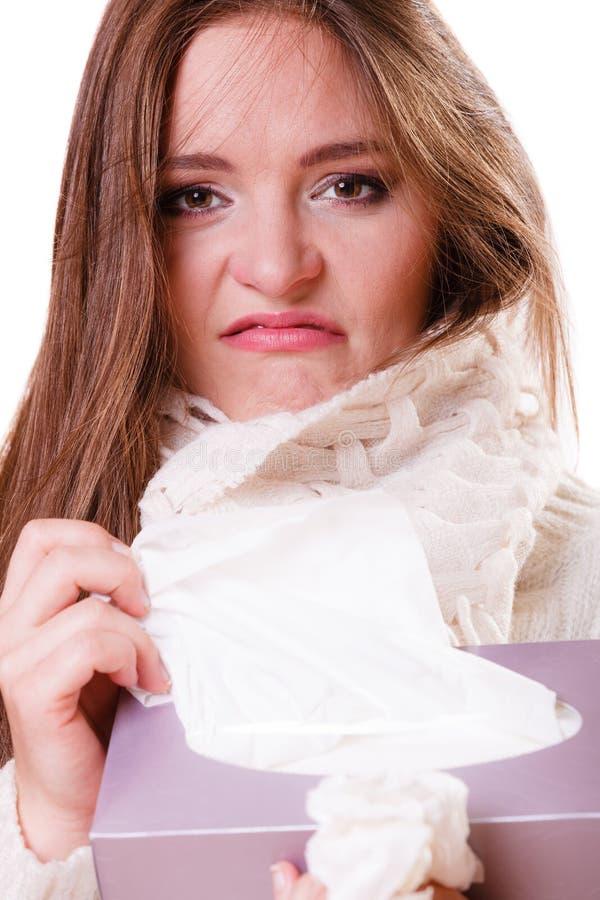 Больная девушка женщины с лихорадкой чихая в ткани стоковая фотография