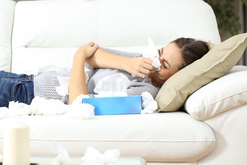 Больная женщина чихая в концепции гриппа ткани стоковые фотографии rf