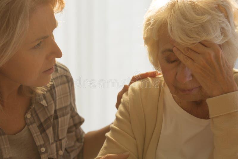 Больная старшая и потревоженная дочь стоковое изображение rf