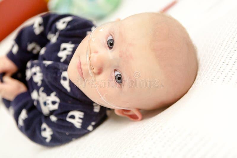 Больница детей: Младенец с дышая трубкой стоковые фотографии rf