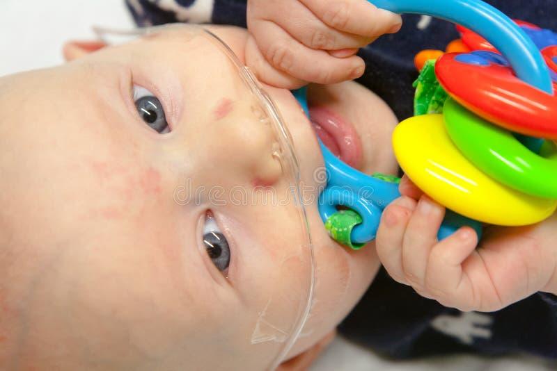 Больница детей: Младенец с дышая трубкой стоковое изображение rf