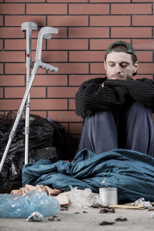 Больной бездомный молодой человек стоковые фотографии rf