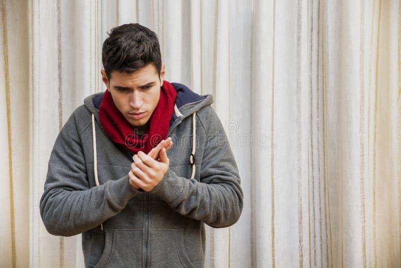 Больной молодой человек с гриппом или холодным нося шарфом стоковое изображение rf