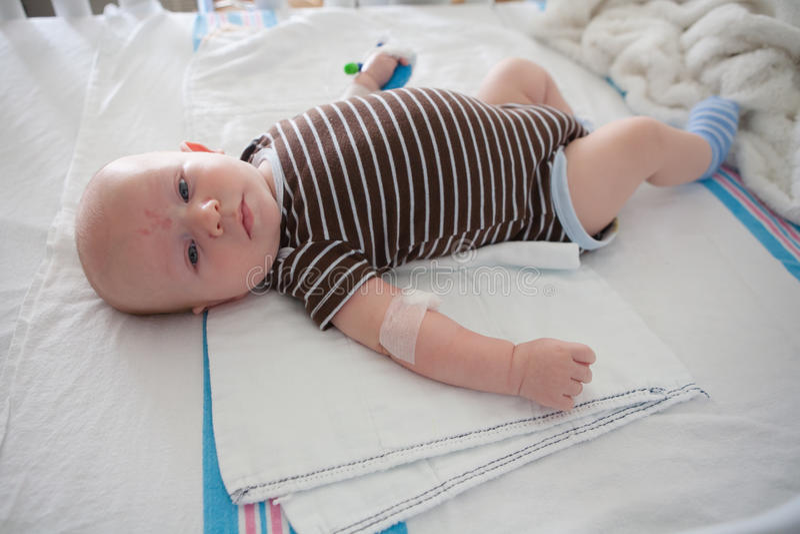 Больной младенец на больнице стоковые фотографии rf