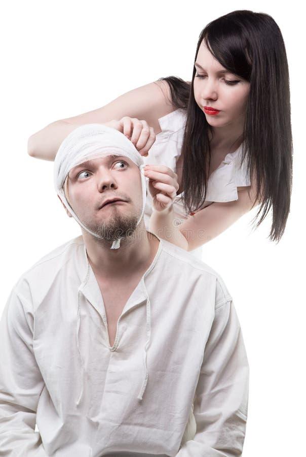 Больной пациент перевязанный медсестрой стоковое фото