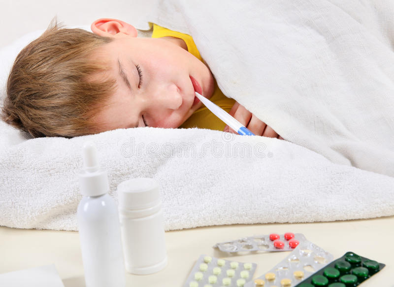 Больной ребенк в кровати стоковое фото