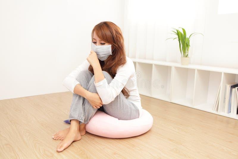Больной холод и лихорадка уловленные женщиной стоковая фотография rf