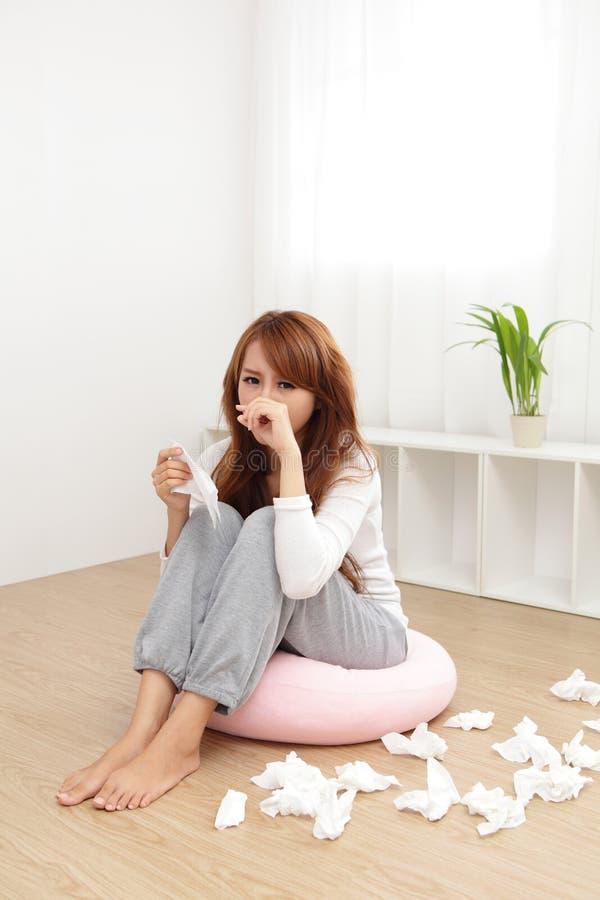 Больной холод уловленный женщиной стоковое изображение