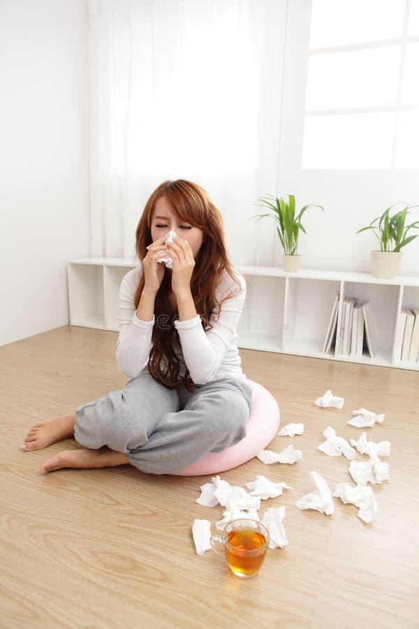 Больной холод уловленный женщиной стоковая фотография rf