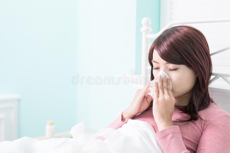 Больной холод уловленный женщиной стоковые изображения rf