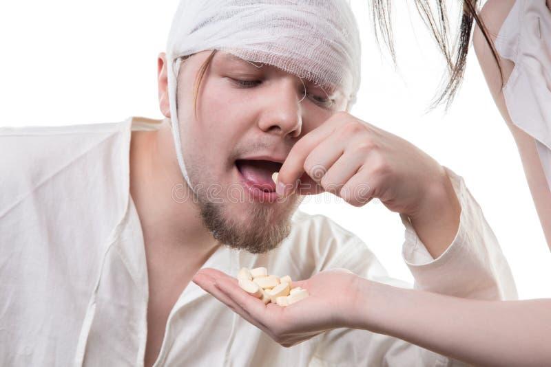 Больной человек и analgetic лекарства стоковое фото