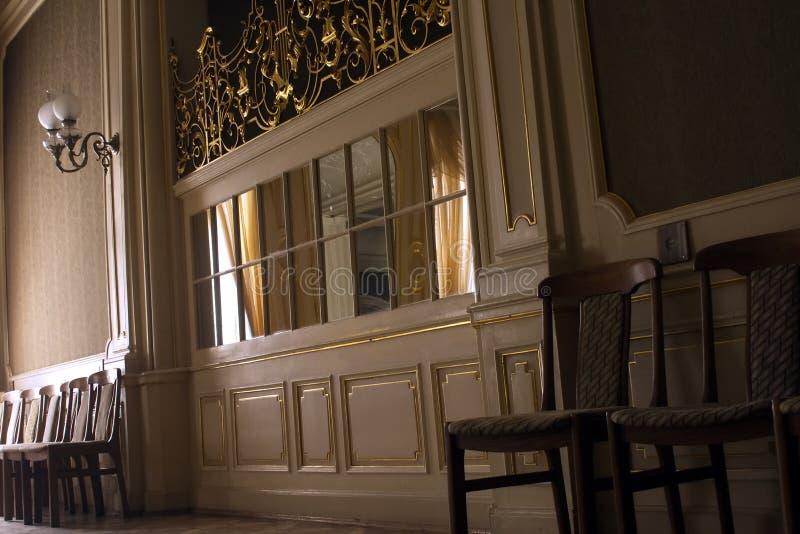Большая богатая зала с окном зеркала стоковое фото rf